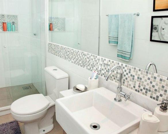 faixa pastilhas acima bancada pia banheiro