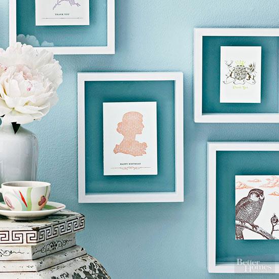 ideia composicao quadros parede colorida parede azul molduras brancas
