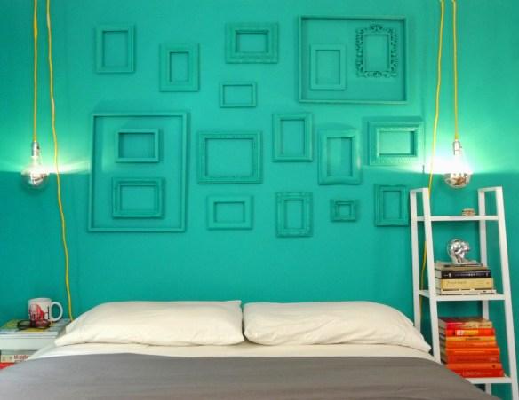 moldura da mesma cor parede composicao molduras vazias ideias decoracao parede cabeceira quarto casal decoracao colorida parede verde agua