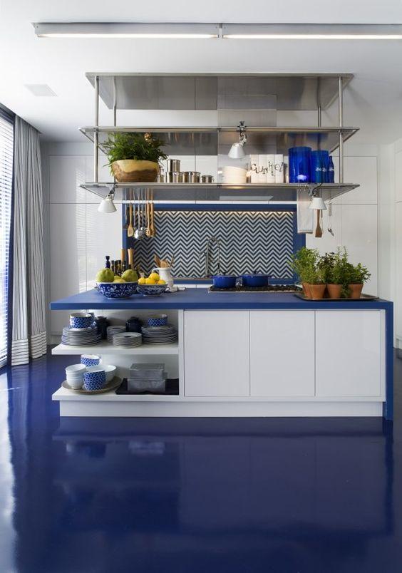 Tampo azul da bancada da cozinha combinando com o piso.