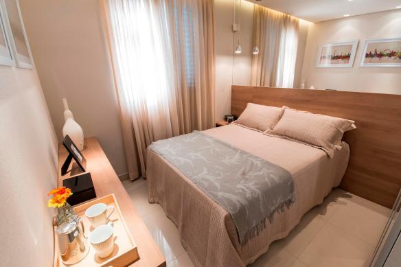 cabeceira cama painel madeira mdf quarto casal pequeno espelho acima cabeceira guarda roupa ao lado da cama