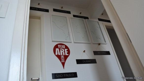 decoraçao corredor placas com nomes de cidades you are here