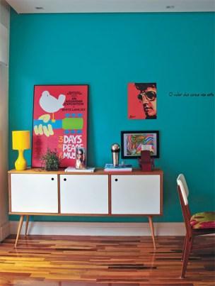 parede azul cores objetos decorativos buffet rack