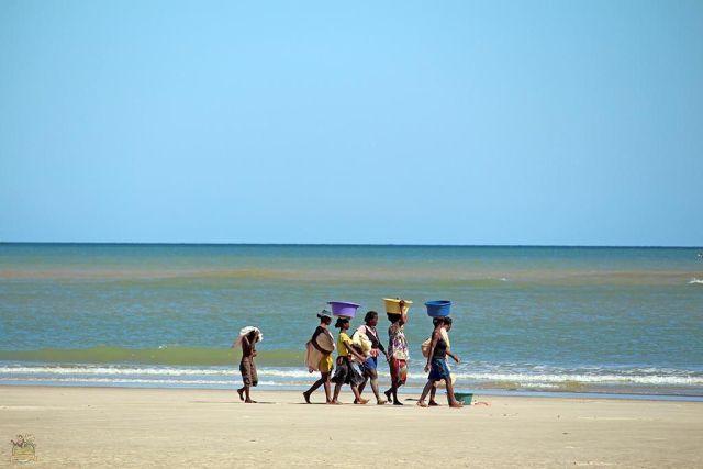 Grupo de mujeres paseando por la playa de Morondava