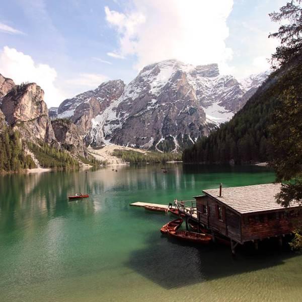 Lagos de Dolomitas . Lago di Braies embarcadero
