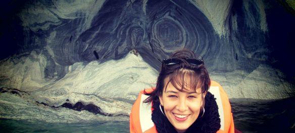 Carol en las Capillas de mármol. Puerto tranquilo. Carretera austral. Chile-