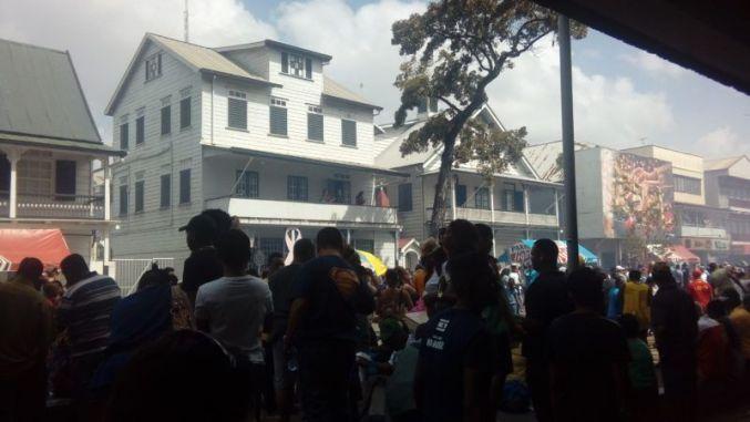 Multitud en fin de año en Parbo, Surinam