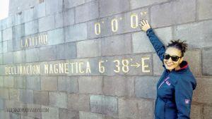 Carol en la mitad del mundo en quito ecuador, latitud000