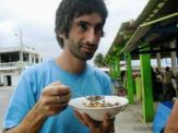 Juan comiendo ceviche de concha en la costa ecuatoriana