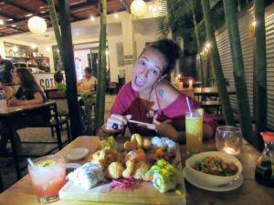 Carol comiendo en Satori Costa Rica