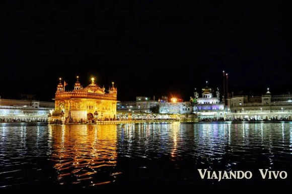 El Templo Dorado de Amritsar a la noche
