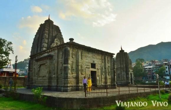 Templo antiguo en Mandi en el norte de India