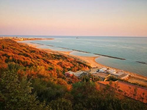 La costa de Madalusa cerca de la ruta en Sicilia
