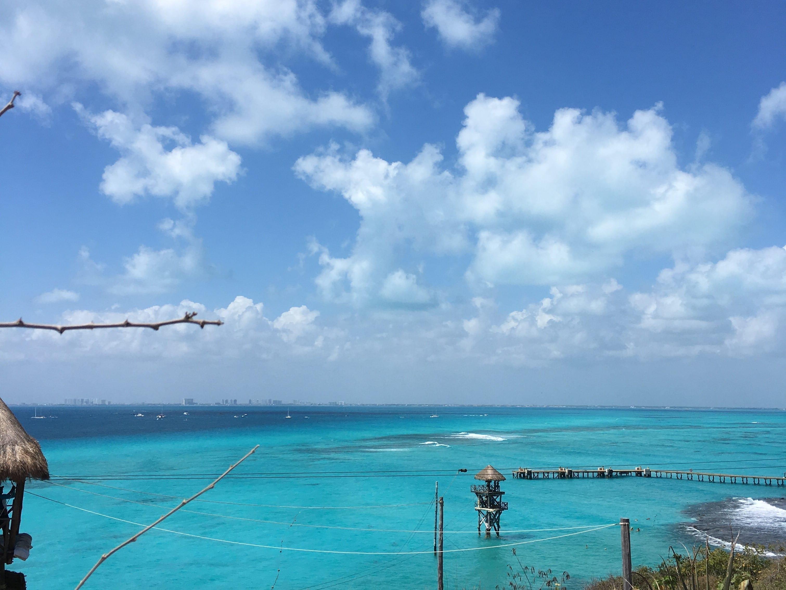 Playa de Isla Mujeres con Cancún al fondo