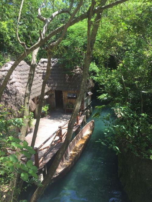 Palapas mayas junto a una embarcación