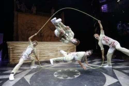 Gimnastas actuando en JOYÀ, de Cirque du Soleil