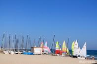 Barcos de vela ligera en la playa de Calafell