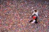 Una pareja de las comparsas sobre una alfombra de caramelos