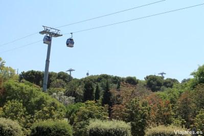 Cabinas del teleférico por encima de los jardines de la montaña
