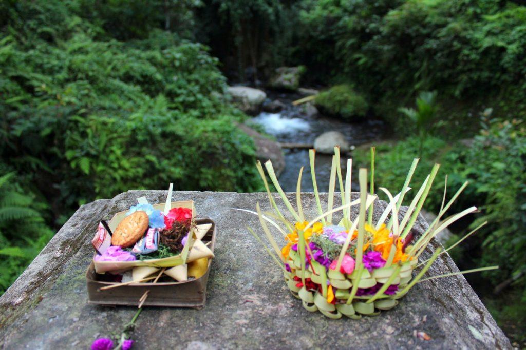 Flores, caramelos, galletas, arroz... para los dioses
