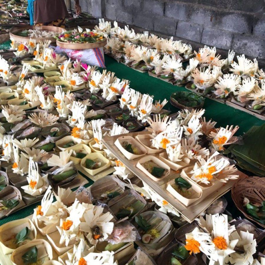 Las ofrendas preparadas para la cremación