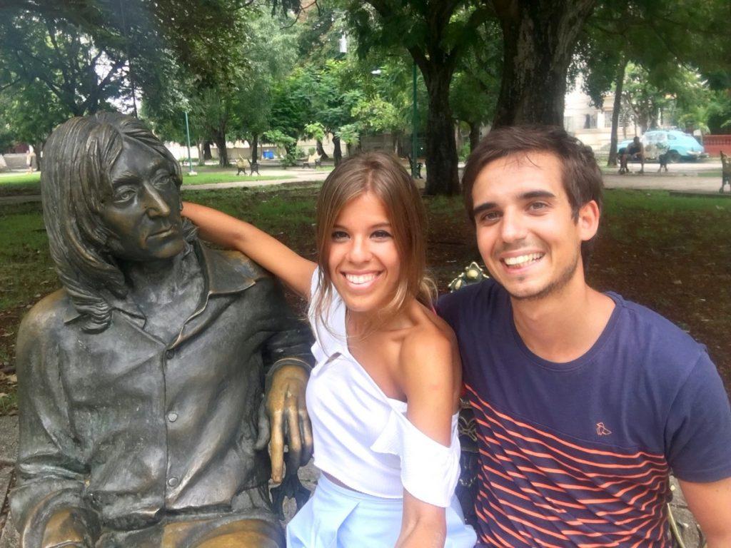 Con la estatua de John Lennon