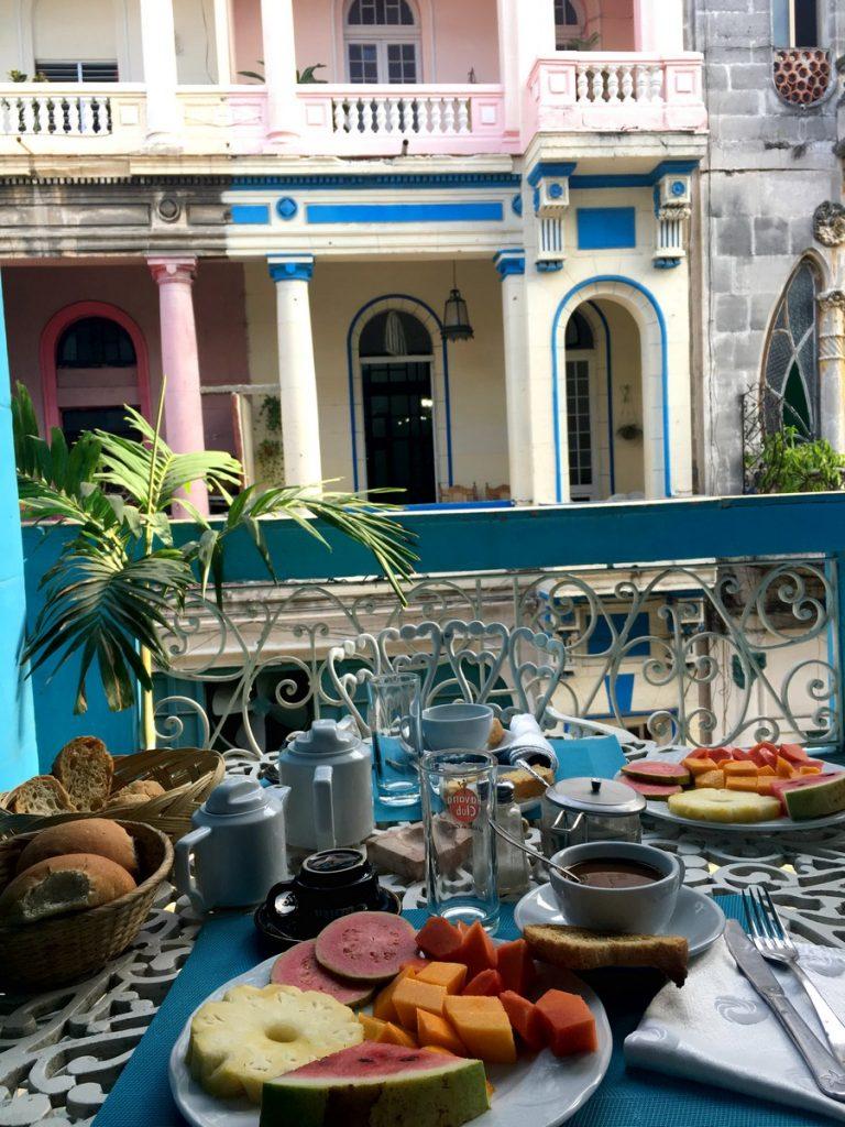 Desayuno espectacular en la casa de Leo y Ángela, La Habana