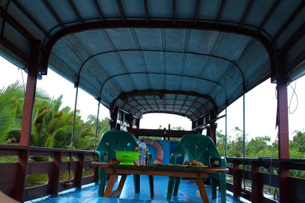 El interior de nuestro klotok en Borneo