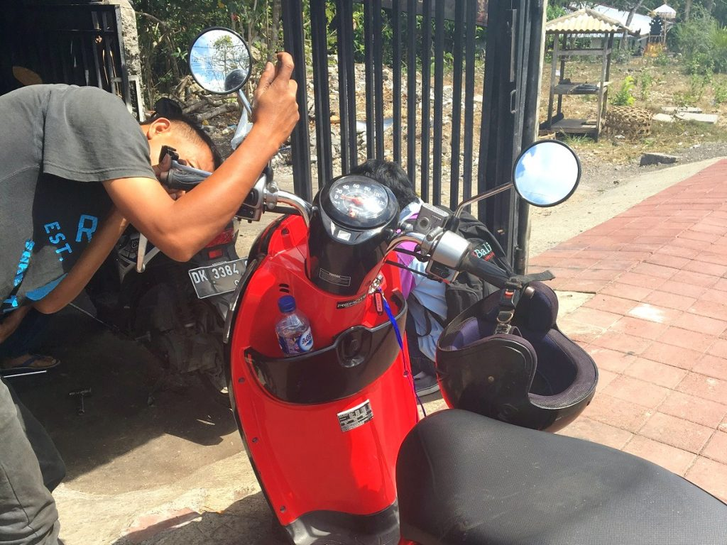 Arreglando el freno de la moto