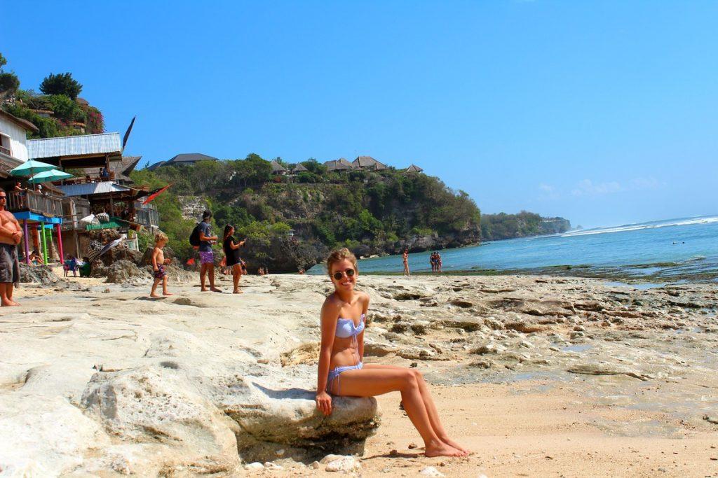 Tomando el sol en Bingin Beach durante el segundo día de ruta por las playas de Uluwatu