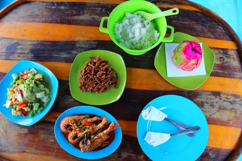 La comida espectacular en nuestro klotok de Borneo
