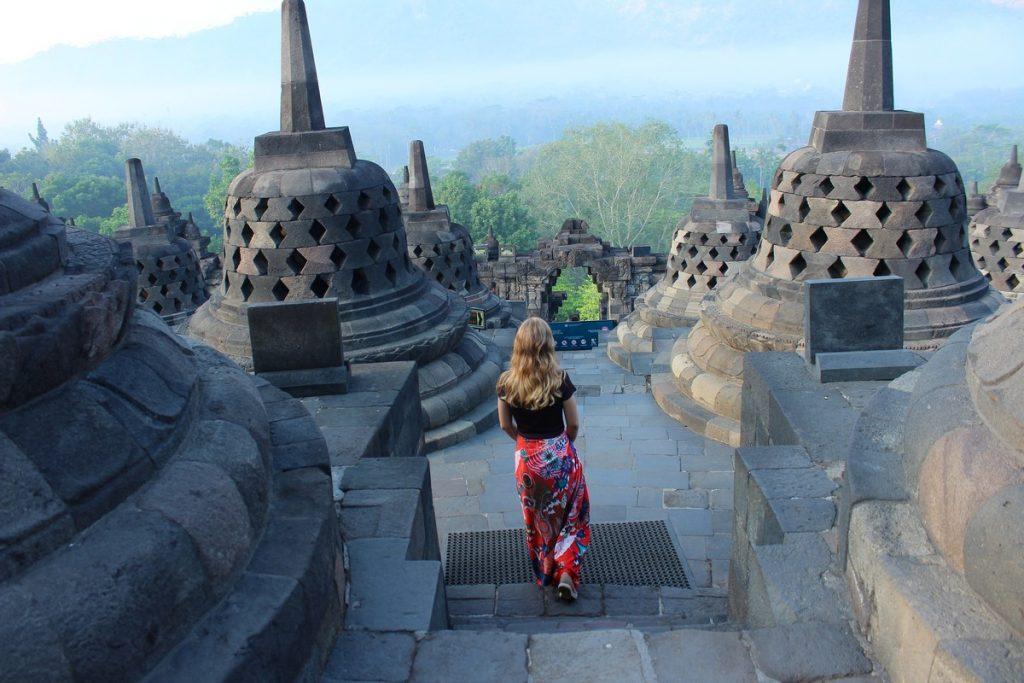 Por la mañana en el templo budista de Borobudur