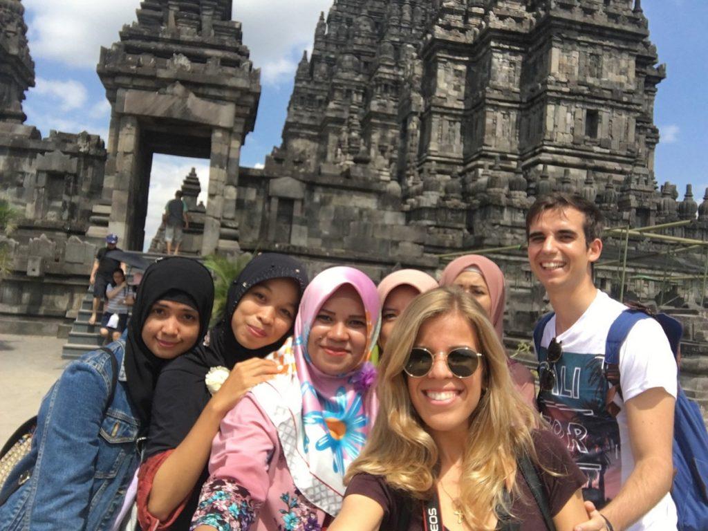 Haciéndonos fotos con indonesias cual famosos en Prambanan