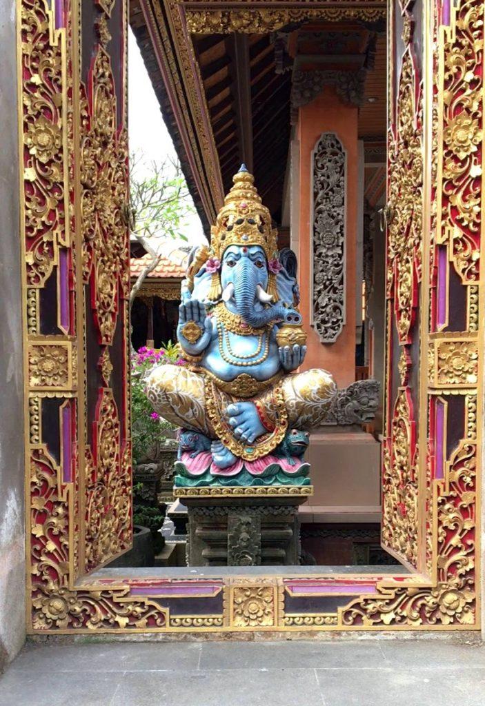 Ganesha esculpida por Made en la entrada de su casa