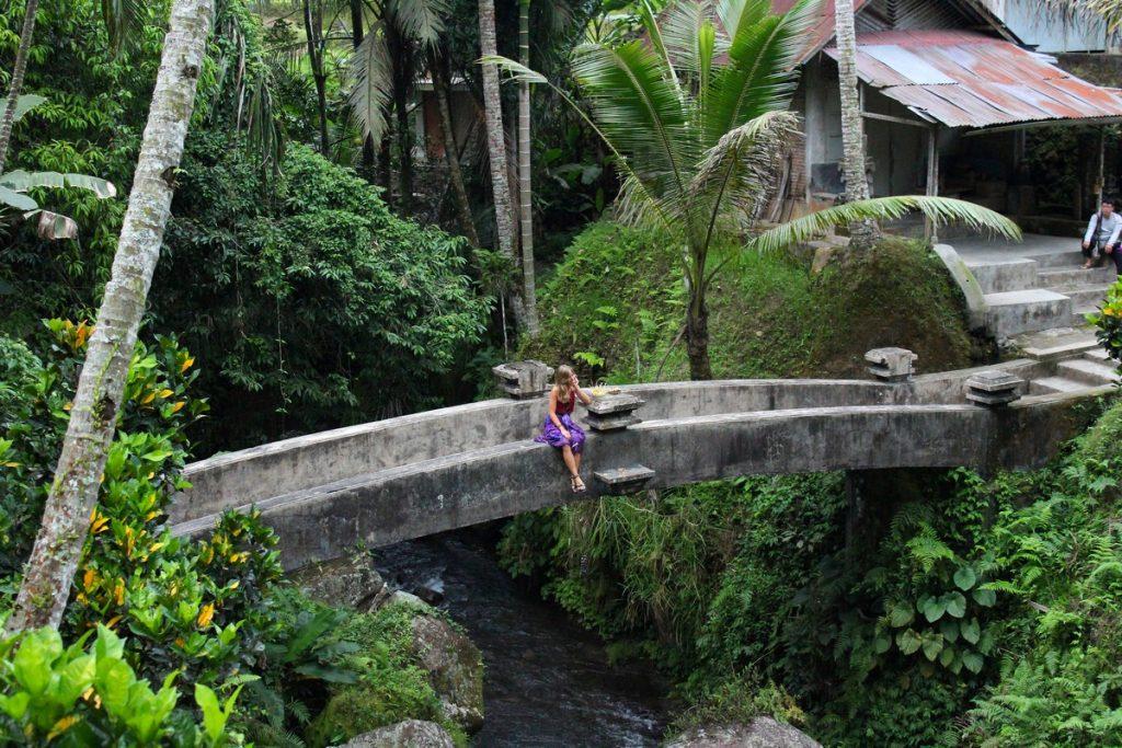 Sentada en el puente de Pura Gunung Kawi