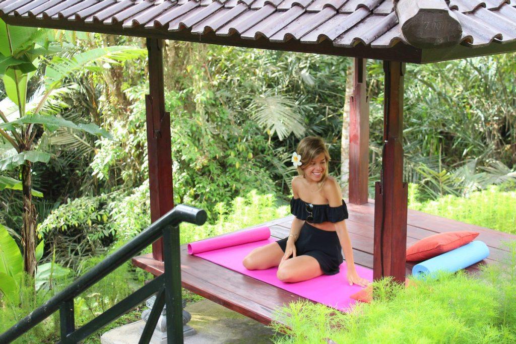 Haciendo yoga en el este de Bali