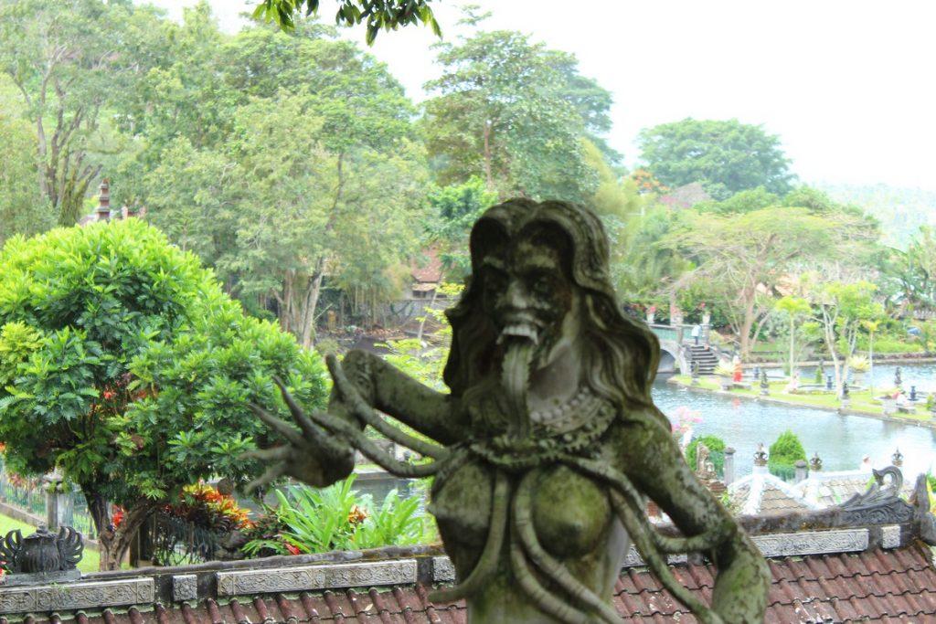 Esculturas de dioses malos en Tirta Gangga