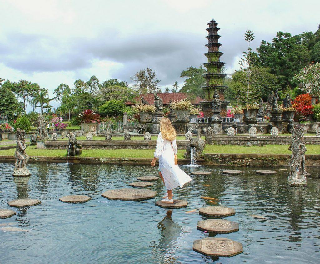 Cruzando las baldosas del estanque en Tirta Gangga