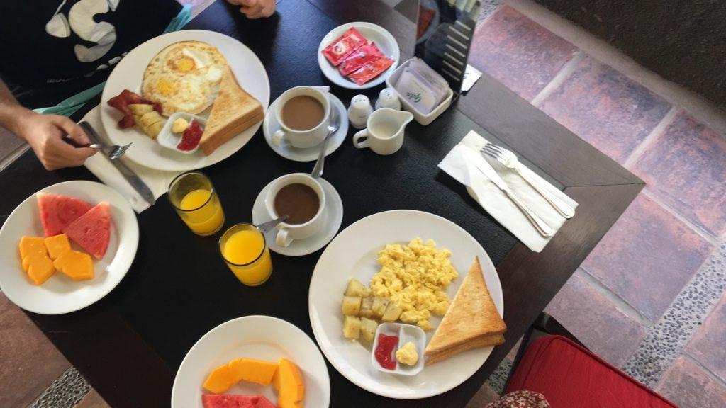Desayuno muy rico en Bali Chaya Hotel Legian
