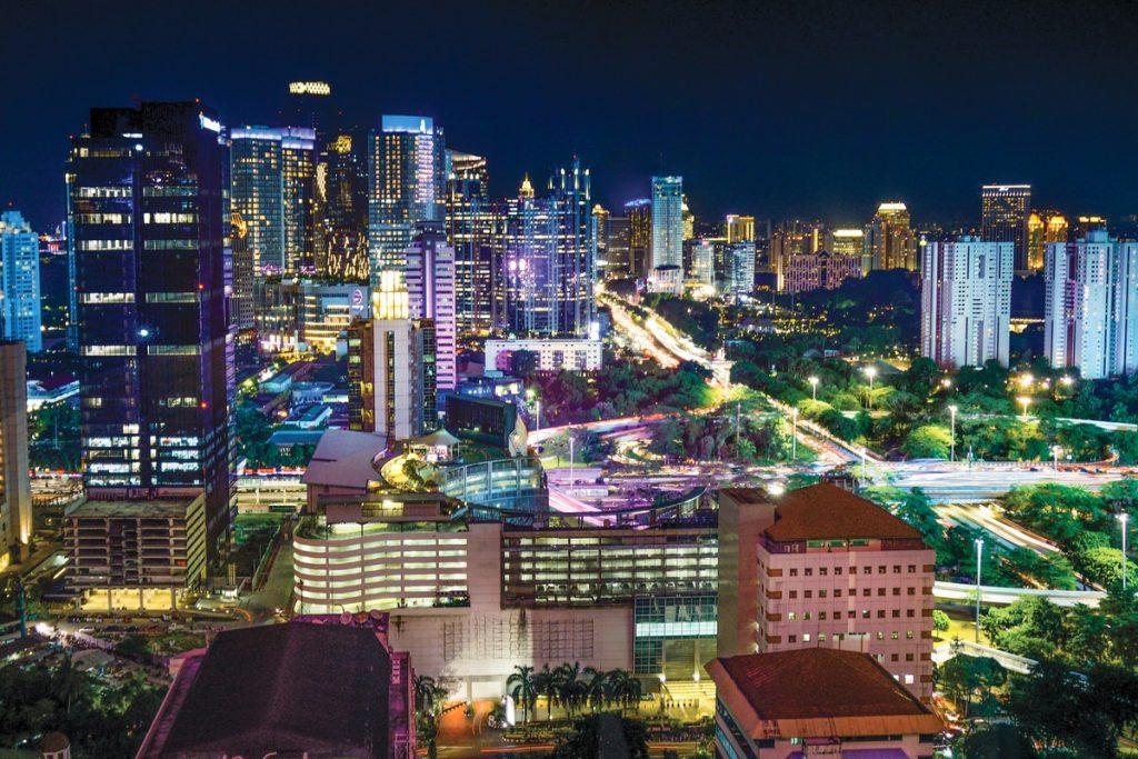 Las vistas nocturnas de la ciudad de Yakarta