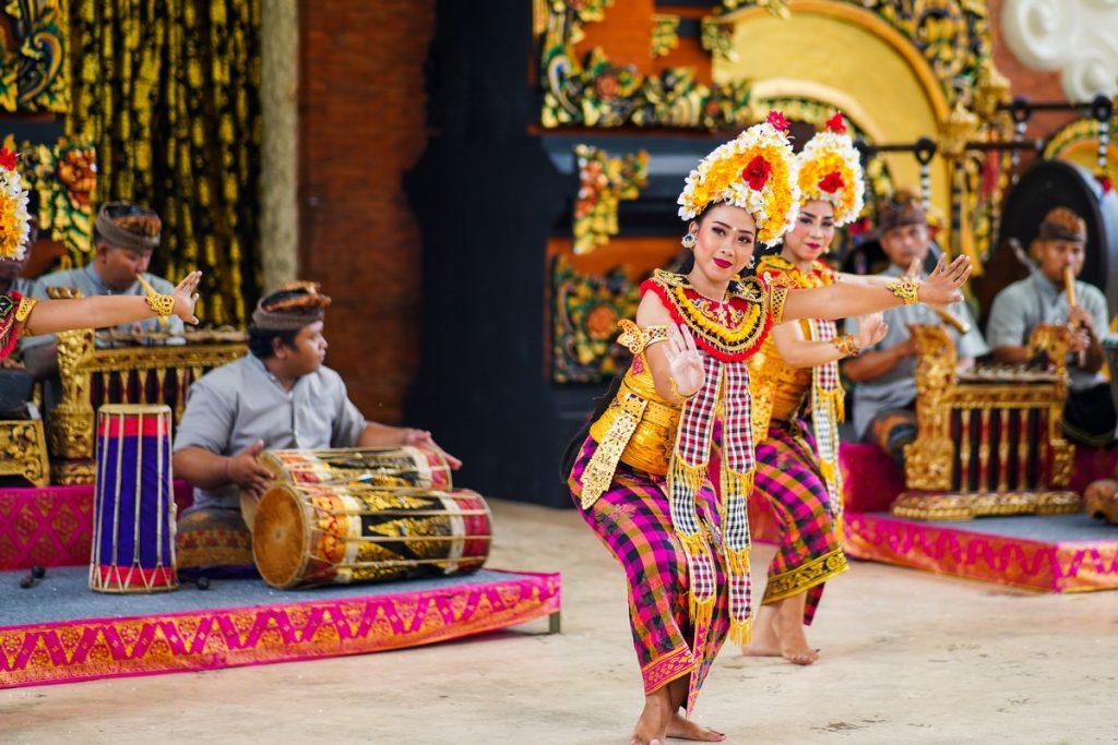 Asisitendo a una danza balinesa en nuestro viaje a Bali por zonas