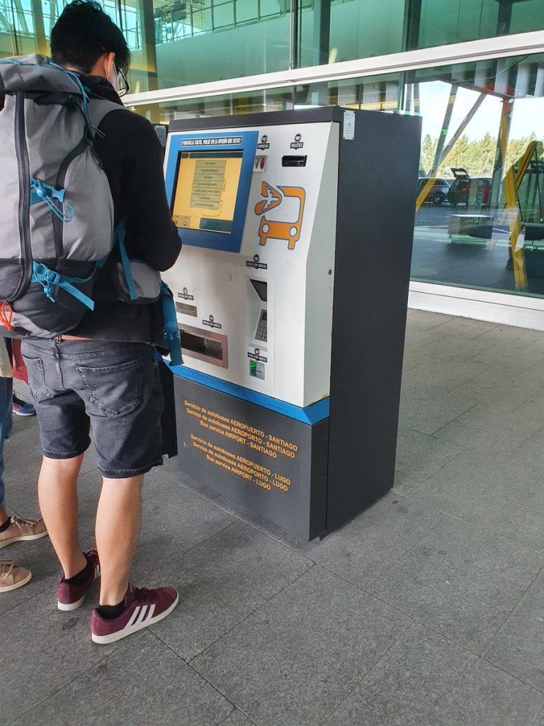 Máquina para sacar los tiquets de autobús en el aeropuerto de Santaigo