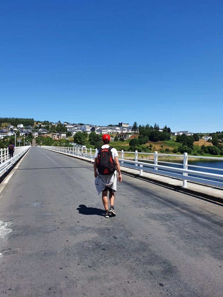 Atravesando el puente de Portomarín