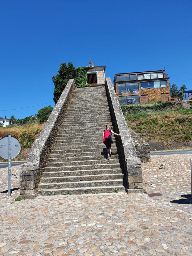 Subiendo las escaleras para entrar en Portomarín
