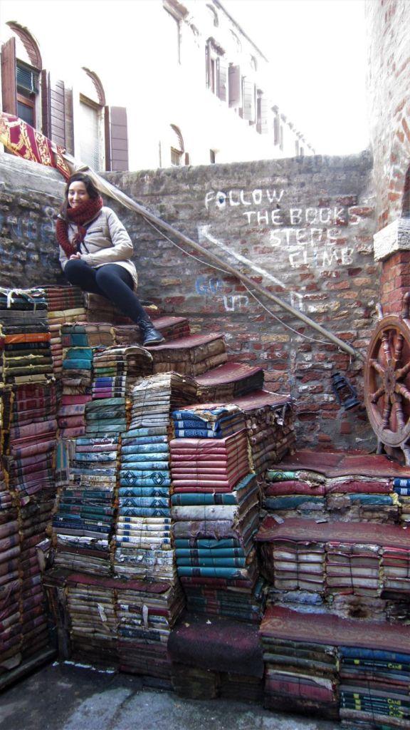 Escalera en la librería Acqua Alta