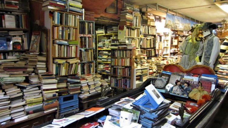Góndola en la librería Acqua Alta