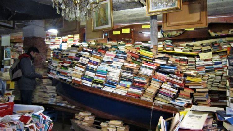 Barca en la librería Acqua Alta