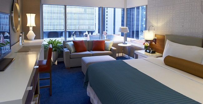 Kinzie Hotel - Quarto com cama King e sofá cama (fonte: kinziehotel.com)