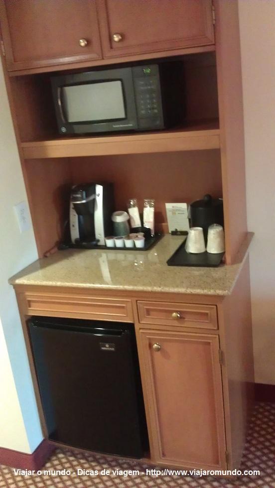 Forno, frigobar e máquina de café