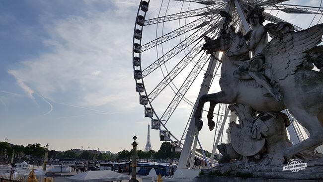 Roda gigante da Praça da Concórdia vista do Jardin des Tuileries
